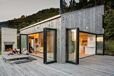 This award-winning Back Country House is situated in the secluded green area in New Zealand. The main focus of this house was to create a sense of freedom Architectural Design Studio, Architecture Design, Minimalist Architecture, Sustainable Architecture, Landscape Architecture, Accordion Glass Doors, Stommel Haus, Retreat House, Indoor Outdoor Living