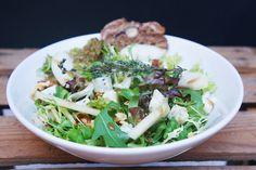Winterse salade met blauwe kaas, gebakken peer en walnoten - Culy.nl