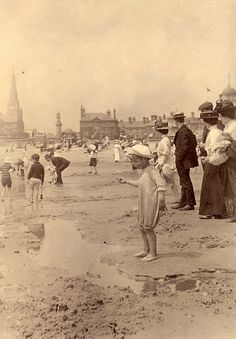Edwardian Era: Lovely Vintage Photos of Children on the Beach Vintage Beach Photos, Photo Vintage, Vintage Pictures, Old Pictures, Vintage Images, Old Photos, Vintage Ads, Antique Photos, Vintage Photographs