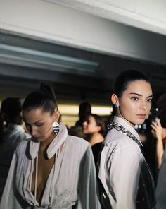 Bella Hadid Outfits, Bella Hadid Style, Kendall And Kylie, Kendall Jenner, Models Backstage, King Fashion, Sleek Hairstyles, Jenner Style, Kardashian Jenner