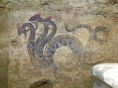 Il terribile serpente a tre teste nella parete sinistra della camera sepolcrale. La stessa iconografia si trova in altre tombe etrusche, ma mai di questa dimensione e con tanta precisione di particolari. Bellissimi i colori e l'effetto ondeggiante della lunga coda. Una vera rarità dal l'oltretomba!  Pinned from PinTo for iPad 