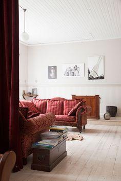 Olohuoneen opettajankatederin yllä on perhepotretissa Anne lapsineen. Veneaiheinen kuva on Tonny Hernesniemen.