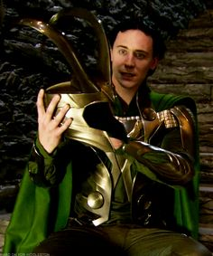 Tom Hiddleston and the Loki helmet. so young here! Loki Thor, Loki Laufeyson, Thomas William Hiddleston, Tom Hiddleston Loki, Chris Hemsworth, Marvel Heroes, Marvel Avengers, Loki Helmet, Por Tras Das Cameras
