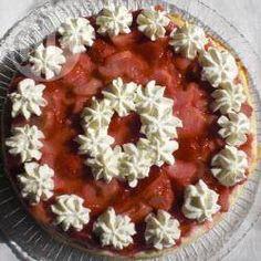 Quarktorte mit Erdbeeren und Rhabarber / Eine tolle Quark Torte mit Rhabarber und Erdbeerbelag. Den Quarkboden schon am Tag vorher backen, damit er komplett auskühlen kann.@ de.allrecipes.com