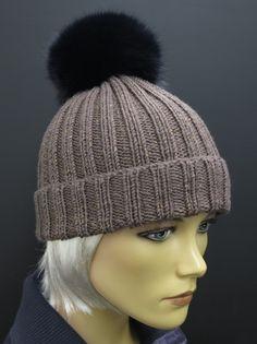 kvalitní ručně pletená čepice z merino vlny a s bambulí z pravé kožešiny - barva čepice je světle hnědá s metalickým efektem Knitted Hats, Winter Hats, Knitting, Fashion, Beanies, Moda, Tricot, Fashion Styles, Breien