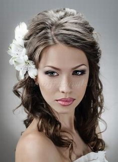 félig+leengedett+esküvői+frizurák+-+félig+feltuzött+menyasszonyi+frizura+virágdísszel+