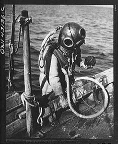 A Greek-American deep sea sponge diver climbing back into the boat. He is holding a sponge in his hand Tarpon Springs Sponge Docks, Tarpon Springs Florida, Diving Helmet, Diving Suit, Sea Diving, Vintage Florida, Old Florida, Diver Down, Deep Sea Diver
