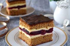 Cóż tu dużo pisać - ciasto smakuje dokładnie tak jak się nazywa;) Do przygotowania ciasta używamy bowiem zmielonych na drobno pierniczków lukrowanych. W oryginale jest to ciasto z wkładką z owocami czarnej porzeczki, jednak z braku kompotu z porzeczkami zdecydowałam się na wiśnie, które również ś