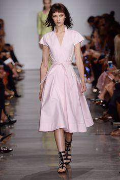 Cintura marcada e transparência dão o tom ao verão 2017 de Zac Posen - Vogue | Desfiles