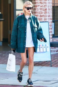 Dad sneaker trend spring 2018 is getting more popular than ever before. You can dress them up with feminine outfit like mini-skirts or silky dresses for a quirky twist. Estilo Hailey Baldwin, Hailey Baldwin Style, Haley Baldwin, Dad Shoes, Ugly Shoes, Look Fashion, Girl Fashion, Fashion Outfits, Fashion Design