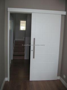 Porta de correr em madeira maciça de Jequitibá, pintura de laca P.U branco fosco (Sayerlack) - Ecoville Portas Especiais