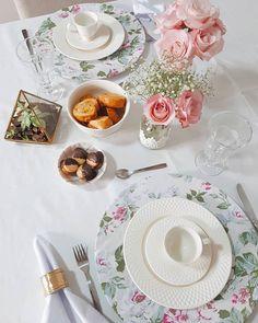 Domingão pede um café da tarde mais caprichado não é mesmo? Durante a semana sempre tento montar a mesa bonitinha mas é sempre no fds que saem as mesas mais lindas {roupa de mesa @copaecia} . #cdamesaposta #mesaposta #flores #cdaflores #coffeetime #cdaengorda #coffeeaddict #blogcasadasamigas Afternoon Tea Parties, Tea Party, Table Settings, Party Ideas, Table Decorations, Tableware, Home Decor, Tabletop Games, Table Clothes