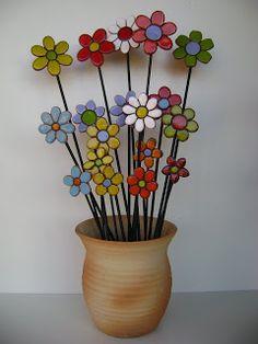 Yemina Serodino: Precios Argentina ... Glass Garden Art, Mosaic Garden, Mosaic Art, Glass Art, Ceramic Flowers, Clay Flowers, Garden Ideas With Plastic Bottles, Clay Crafts, Diy And Crafts