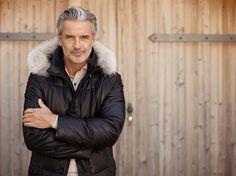 Jacke für Herren aus Leder: Die Leder-Jacke für Herren von Gimos aus superweichem Leder mit Daunenfüllung ist optimal für kalte Wintertage. Das Fell und die Kapuze der Herren Jacke aus Leder sind abnehmbar.