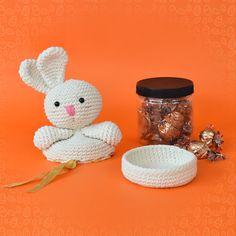 amigurumi coelhinho porta chocolates pascoa receita marcelo nunes Easter Crochet Patterns, Bunny Toys, Cute Toys, Crochet Top, Mason Jars, Dolls, Mini, Bandana, Macrame