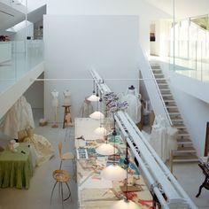Dans son atelier, Isabelle mêle les techniques, en superposant la gouache, le fusain, la craie, le pastel, l'huile, ou encore l'aquarelle.