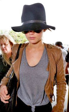 pThe Oscar winner stylishly keeps a low-profile as she makes her way into Los Angeles International Airport./p