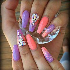 Such a cute ombre nail art idea with rhinestones and glitter | coffin shaped nails | Unas