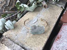 Bracelet jonc femme, or, pierre brut semi-précieuse damazonite. Hoop Earrings, Etsy, Jewelry, Unique Jewelry, Stone, Jewlery, Jewerly, Schmuck, Jewels