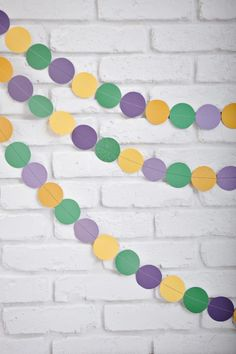 A little yellow, green and purple scrapbook paper can go a long way. Here's a super simple DIY Mardi Gras decoration tutorial by Vicky Barone. If you're having a Mardi Gras party, this craft is a must-make. Mardi Gras Food, Mardi Gras Beads, Mardi Gras Party, Mardi Gras Centerpieces, Mardi Gras Decorations, Mardi Gras Activities, Diy Carnival, Carnival Glory, Mardi Gras Costumes