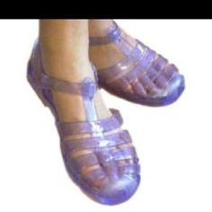 O my goodness these jelly shoes brought bk a lot of fun memories! My best friend and I bought some, but I'm pretty sure they had a taller heel ! we wear these in Florida on the sand in Jelly sandals. Jelly Shoes, Jelly Sandals, Shoes Sandals, Pool Shoes, Lauren Conrad, 1990 Style, Back In The 90s, 90s Girl, Oldschool