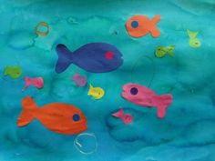 Fond à l'encre et poissons collés Production petite section Petite Section, School Holidays, Kids Learning, Kids Rugs, Fish, Animals, Summer, Colour Shade Card, Sea Theme