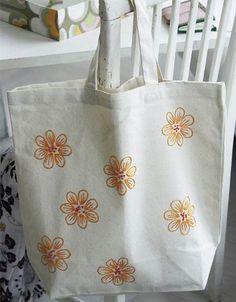 Spred det søde blomstermotiv ud over tasken med løs hånd.