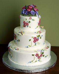 Torta de boda con flores malvas y azules