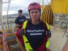 """""""Estoy aquí porque a las compañías petroleras no les importa el futuro de nuestros hijos, y el futuro del Ártico es el futuro del planeta..."""", Lucy Lawless. Amonestada en su país por haberse encadenado 3 días a una plataforma petrolera de Shell en alta mar y detener  su funcionamiento."""