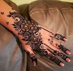 Are you looking for easy mehndi designs for eid that you can try at home? We have collected some of the simple and elegant look mehndi designs for you. Pretty Henna Designs, Floral Henna Designs, Mehndi Designs For Girls, Modern Mehndi Designs, Dulhan Mehndi Designs, Mehndi Design Pictures, Wedding Mehndi Designs, Mehndi Designs For Fingers, Beautiful Mehndi Design