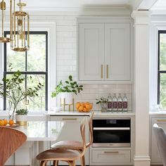 kitchen with light gray cabinets and subway tile Interior Exterior, Home Interior, Kitchen Interior, Interior Design, Diy Kitchen, Kitchen Dining, Kitchen Decor, Kitchen Cabinets, Kitchen Sink