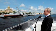 Por qué Vladímir Putin está convencido de que la democracia occidental no funciona  El presidente ruso sostiene que su modelo de «democracia soberana» es superior y encuentra argumentos para esa visión en fenómenos como la candidatura de Donald Trump o el Brexit  Putin presencia un desfile naval de la Armada rusa en San Petersburgo