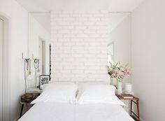 Quarto-tijolos-brancos-espelhos-arquiteta-marcela-madureira (Foto: Maíra…