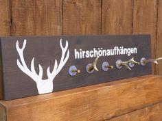 """Holzgarderobe oder Schlüsselbrett aus grau lasiertem Fichtenholz, 18 mm. Aufdruck: Geweih und """"hirschönaufhängen """" in weiß. Zum Aufhängen von einzelnen Jacken, als Schlüsselbrett oder als..."""