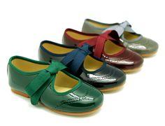 Tienda online de calzado infantil Okaaspain. Calidad al mejor precio fabricado en España. Bailarina de charol tipo angelito con picados.
