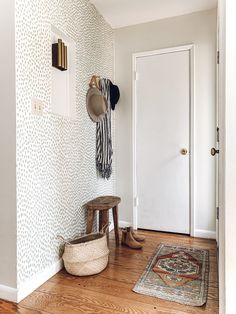 4 Ideas you can do to add character to your rental Accent Colors, Wall Colors, Easy Projects, Home Projects, Cheap Home Decor, Diy Home Decor, Room Decor, Gallon Of Paint, Small Entryways