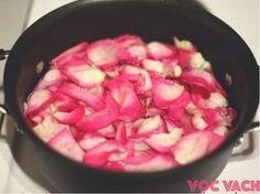 Fabriquez votre eau de rose en quelques étapes simples noté 4.17 - 6 votes L'eau de rose est sans doute parmi les meilleures et c'est un peu le couteau suisse des eaux florales, car elle s'adresse à tout le monde. Si vous l'utilisez pour magnifier votre peau, elle peut adoucir et hydrater les épidermes les plus assoiffés,...