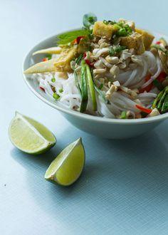 Glasnudelsalat mit Sesam-Tofu und Kokosmilch