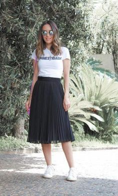 Saia Midi e Tênis: o Novo Clássico da Moda Combining these pieces – midi skirt and sneakers – is now a classic. I'm a fan of this kind of outfit. After all, the footwear gives a modern touch and the look becomes more stylish. (Gabi May) Casual Skirt Outfits, Modest Outfits, Midi Skirt Casual, Midi Skirts, Casual Skirts, Skirt And Sneakers, Dress And Sneakers Outfit, Outfit With Skirt, Outfit Of The Day