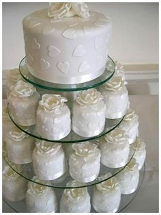Elegant Yet Classy Twist on a Traditional Wedding Cake. One to cut and mini Cakes to give to each Guest cupcake-ideas