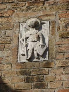 Op de campanile van de kerk van San Giacomo dall'Orio, een interessant bas-reliëf in Grieks marmer met San Giorgio, staand, die een lans en wapenschild vasthoudt en enige letters: OAG(iOS) - GHEORGHIOS. Uit de iconografie en door het gemis van de draak is deze weergave van Sint Joris van vóór de Eerste Kruistocht (1096-99).