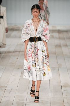 Alexander McQueen Spring 2020 Ready-to-Wear Fashion Show Collection: See the complete Alexander McQueen Spring 2020 Ready-to-Wear collection. Look 27 2020 Fashion Trends, Fashion Week, Fashion 2020, Runway Fashion, Spring Fashion, High Fashion, Womens Fashion, Fashion Fashion, Alexander Mcqueen
