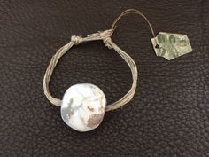 """Bracelet en lin et grosse perle en céramique """"RAKU"""" de la boutique Whitediscovery sur Etsy"""
