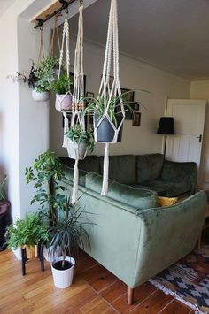 An ikea hack to hang your houseplants from the ceiling. A bohemian living room with lots of greenery and plants. A room divider of plants