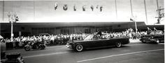 1962. 12 Septembre. President Kennedy greets Houstonians as his motorcade passes Foley's (Houston Chronicle)