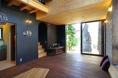 japan-architects.com 1Fリビングダイニング。奥には縁側が見える。床・壁は着色した杉材、天井はラーチ合板、左の壁は黒板塗料でしっとりとした黒。「白」あるいは「白っぽい」部分がない(筆者にとって)久しぶりの住宅だ