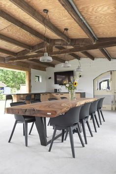 Wooden dining table # Dining room A beautiful oak table is …- Houten eettafel …