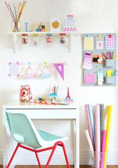 Espacio de escritorio sencillo, juvenil y muy alegre, con trazos neón • Young desk idea with neon touches, photo © 2013 jonathanwgooch
