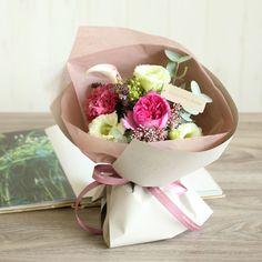 バラとリシアンサスのミスティピンクブーケ | 花・花束の通販|青山フラワーマーケット Cute Desktop Wallpaper, Bouquet Wrap, How To Wrap Flowers, Floral Arrangements, Serving Bowls, Wraps, Tableware, Gifts, Stoves