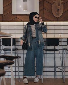 hijab jeans jeans No one can deny this super cool oversized jacket Kazumi Miyuki Giyom Hijab Casual, Ootd Hijab, Hijab Jeans, Hijab Chic, Street Hijab Fashion, Muslim Fashion, Outfit Look, Denim Outfit, Retro Fashion